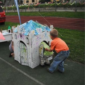 Hraní si dětí v kartonovém domku