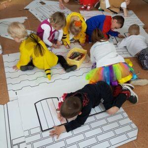 Skládání kartonového domku pro děti