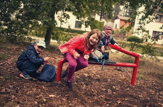 Smějící se děti na lavičce | Indoorfun.cz