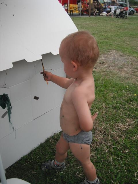 Chlapeček s katonovým domečkem