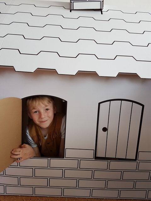 Chlapeček v kartonovém domečku