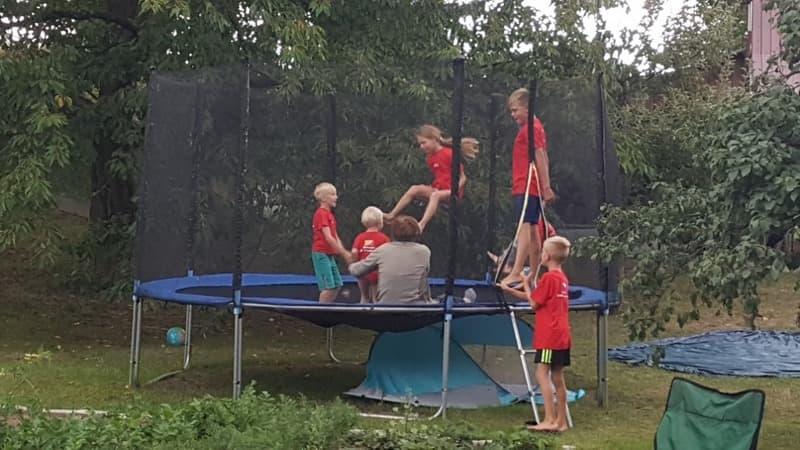 Děti skákají na trampolíně venku | Indoorfun.cz