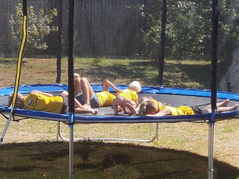 Děti na trampolíně - tábor pro děti.