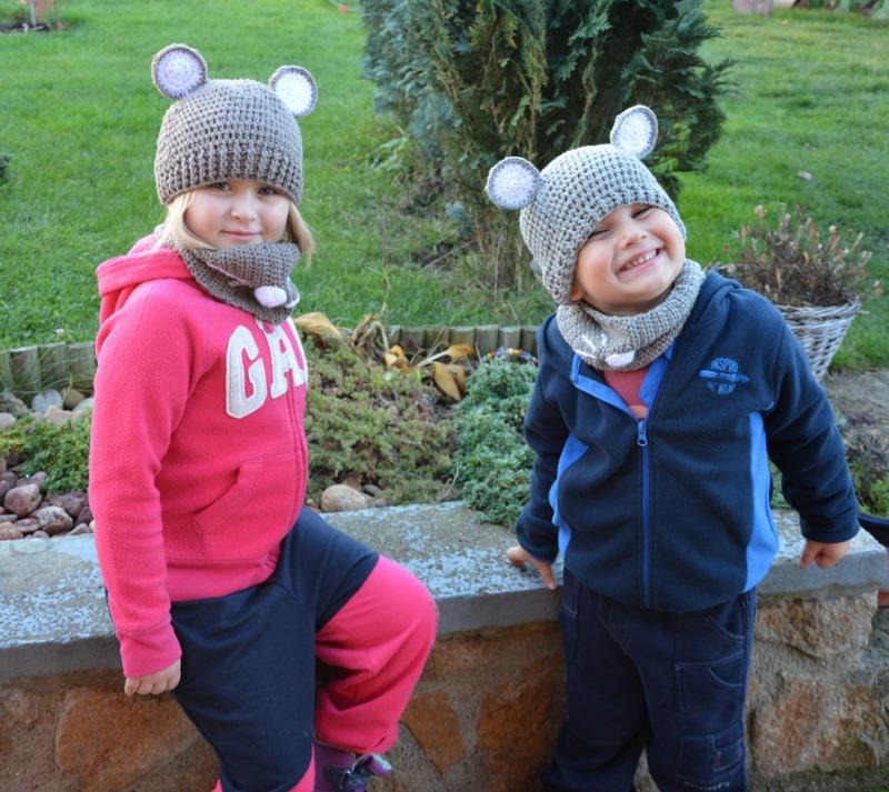Děti s háčkovanou čepicí
