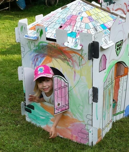 Dítě v kartonovém domečku
