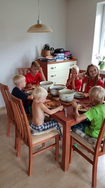 Oběd dětí na táboře | Indoorfun.cz