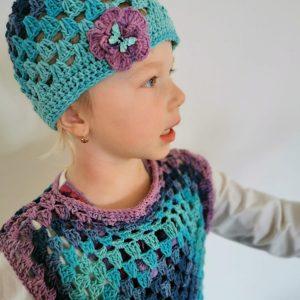 Dívka s háčkovanou čepicí a tričkem